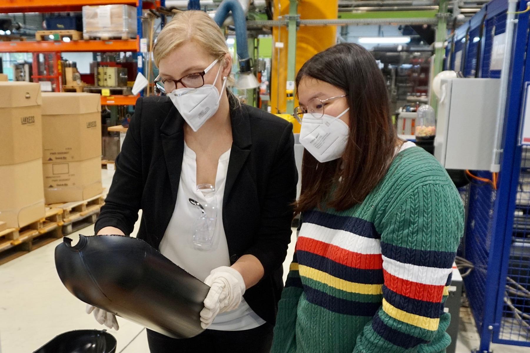 Loreen Köhler, Ingenieurin im Kunststofftechnikum bei LANXESS in Dormagen, erklärt Franka Hembach, Schülerin aus Nideggen, die Besonderheiten eines Drucktanks.